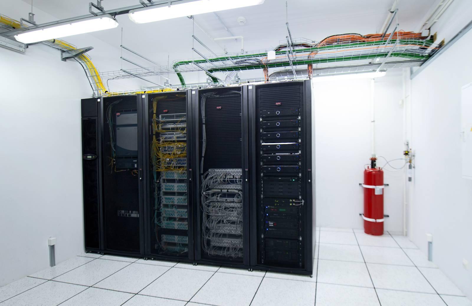 Приміщення присутності телеком операторів. Понад 480 вхідних оптичних волокон, не менше 15 операторів